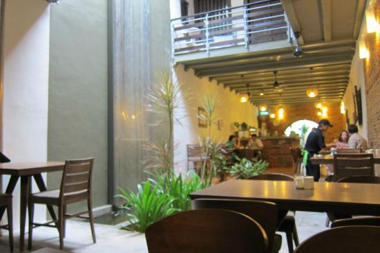 Courtyard @ Heeren Boutique Hotel: View of cafe where we had our hotel breakfast. There are rooms above too.