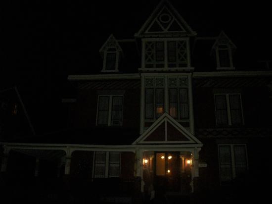Spencer House Bed and Breakfast: night time exterior