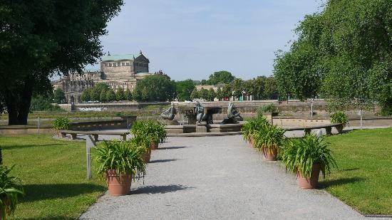 The Westin Bellevue Dresden: Stroll along the garden