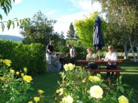 Lake Dunstan Motel: Guests enjoy a barbecue in the garden