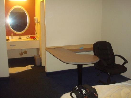 Red Roof Inn Williamsburg: Loved this desk in our room!