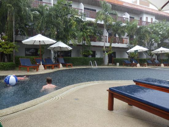 Salathai Resort: enjoying the pool in the rain