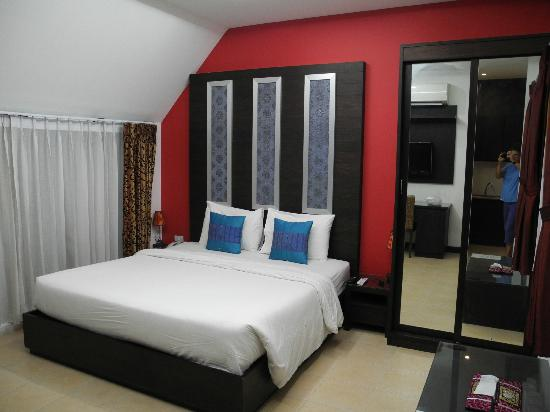 Oasis Inn Bangkok Hotel: Bed and wardrobe. There is also a bureau for clothes