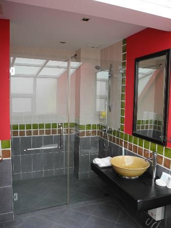 โรงแรมโอเอซิส อินน์: Bathroom for one of the fourth floor rooms