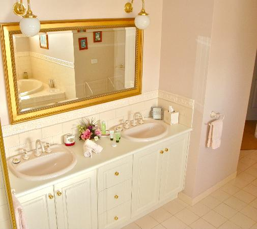Lanterns Retreat: The Baudin Suite's bathroom