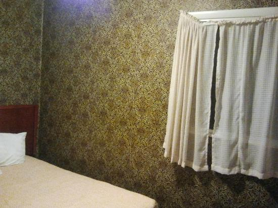 Pacific Heights Inn: Bedroom - the curtains were broken.