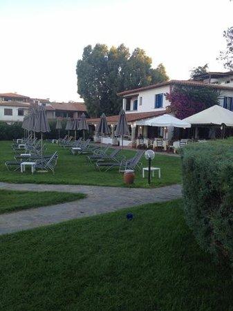 Hotel San Paolo: vista del ristorante dai lettini del prato