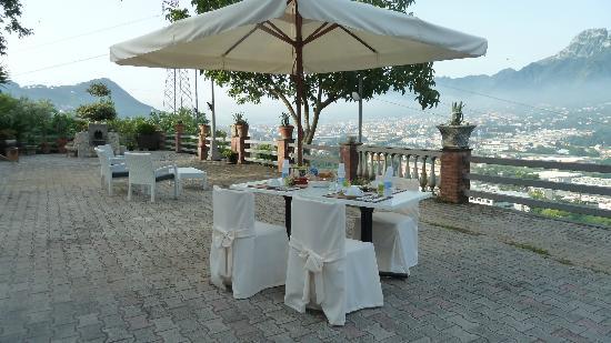 La Torretta Bianca: Colazione in terrazza con vista su Cava