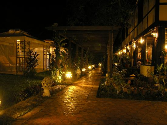 Ramayana Boutique Hotel: Walking nice Ramayana compound