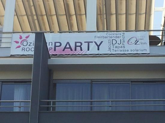 Hotel Oz'inn : banderole sur sky bar qui prouve que l'hôtel est tres bruyant