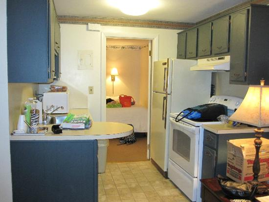 Beverly Garden Suites : Nice kitchen - helped us save $ on dining out.
