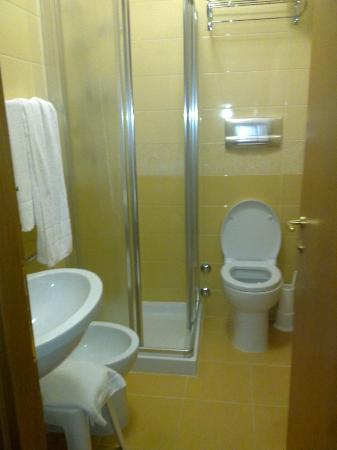 Hotel Columbus : bagno piccolo ma nuovo