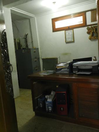 Bali Royal Suites Hotel: Oficina recepción