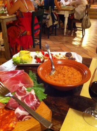 Bucine, إيطاليا: pappa al pomodoro, tagliere salumi e formaggi con crostini. 
