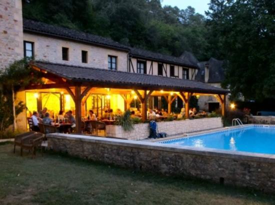 Carsac-Aillac, فرنسا: Terrasse et piscine le soir 