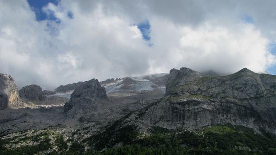 Rifugio Castiglioni: Marmolada glacier viewed from room window