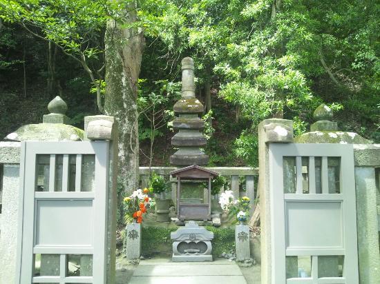 Grave of Minamoto Yoritomo: 石塔