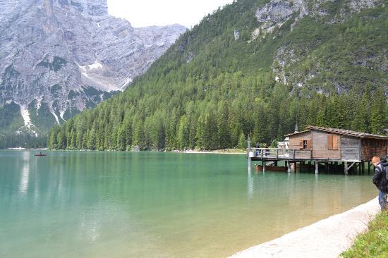 Palafitta per noleggio barche foto di lake prags braies for Noleggio di cabine per lago