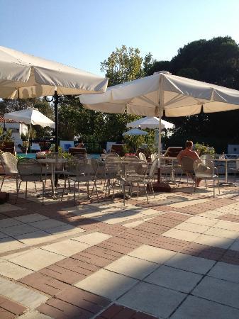 Hotel Korali : outside seating area