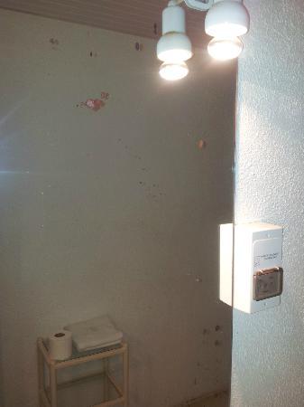 Hotel La Caravelle : Miroir de la salle de bain avec des tâches de rouille