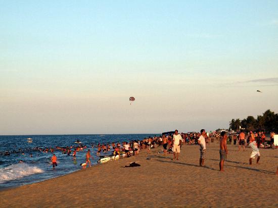 Cua Dai Beach: Beach at dusk - locals arrive