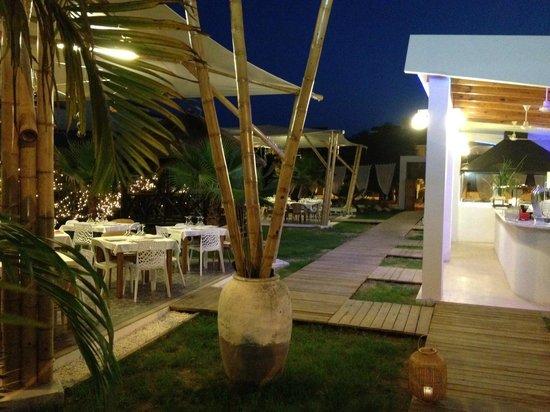 Sun & Grill Restaurant Bissú: Entrada principal, de noche.