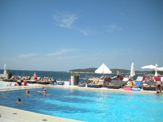 Splendid Golden Rocks Resort: vue depuis la piscine