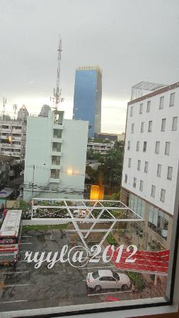 ibis Bangkok Sathorn: skyline view from the room