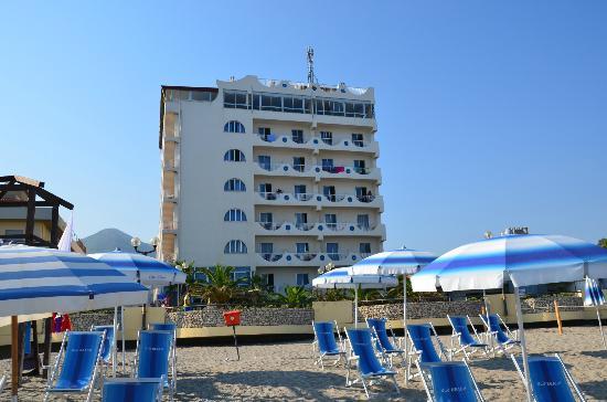 Brolo, Italie : l'hotel visto dalla spiaggia