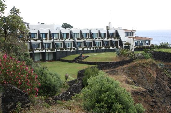 Caloura Hotel Resort: Part of hotel seen from road down to beach