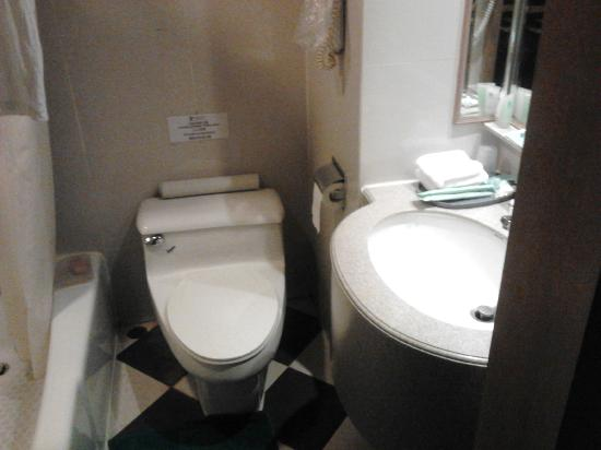 Newton Hotel Hong Kong: Tiny Toilet