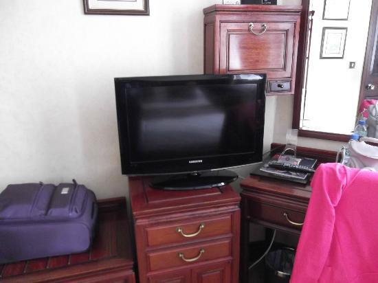 Grange Rochester Hotel: zona televisore + occorrente per il The..