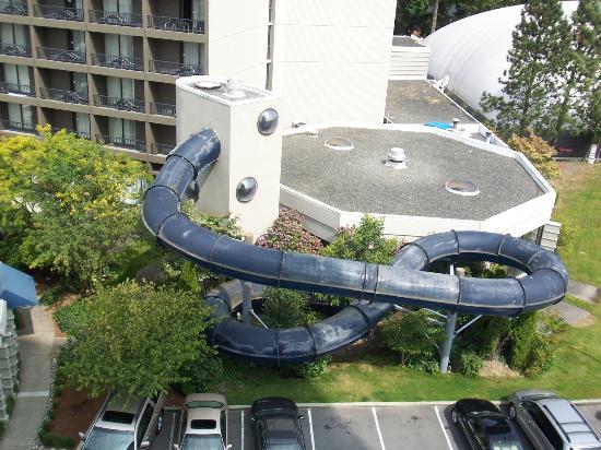 Sandman Signature Vancouver Airport Hotel & Resort: 屋内プールとウォータースライダー