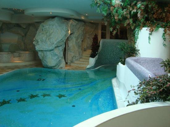 Alpen Hotel Corona Sport & Wellness: Incantevole con la cascata e idromassaggio