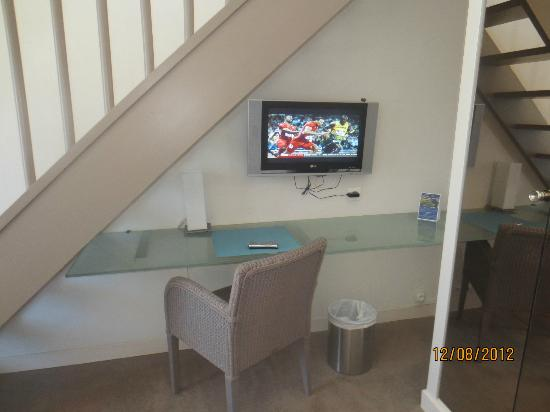 Holiday Inn Le Touquet : Under Stair Tv/Desk