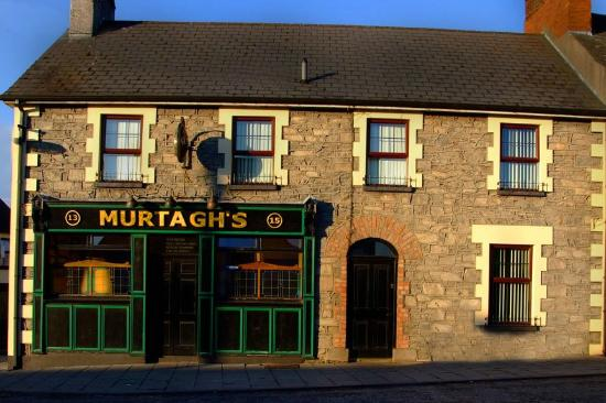 Murtagh's B&B: View of Guest House and Bar