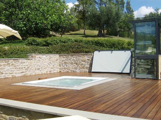Locanda del Gallo: Jacuzzi 5 posti, collegata alla piscina con una piccola scalinata. Pavimento fantastico in legno