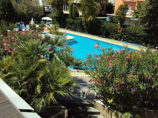 Hotel Maddalena : Piscina vista dal solarium