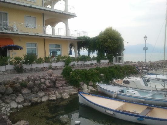 Hotel Al Pescatore: Veduta dell'hotel dal piccolo porticciolo delle Fornaci