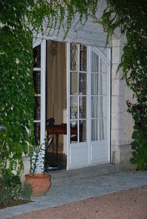 Domaine De La Brugere : vue de nuit de l'acces que salon par la terrasse