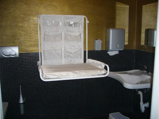 Bagno disabili con fasciatoio picture of pizzeria la - Fasciatoio bagno ...
