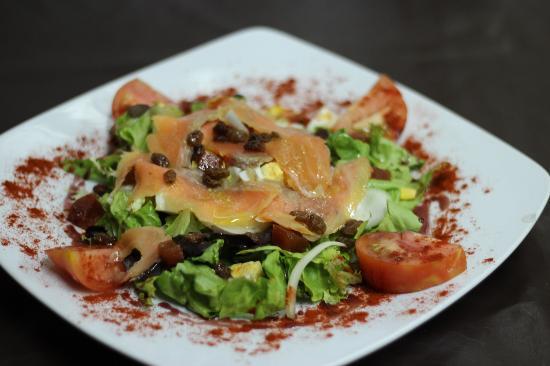 Restaurante La Bruja: Ensalada de ahumados con pasas...