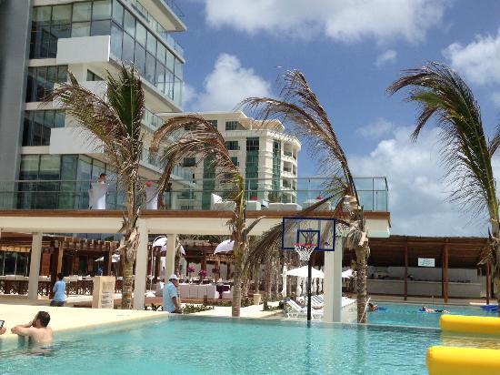 Secrets The Vine Cancún: Activity pool