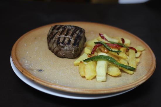 Restaurante La Bruja: Solomillo de Avileño a la parrilla, con patatas y pimientos