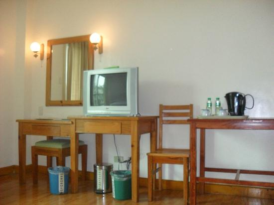 Ridgewood Hotel: Cable tv and compliments of water and coffee