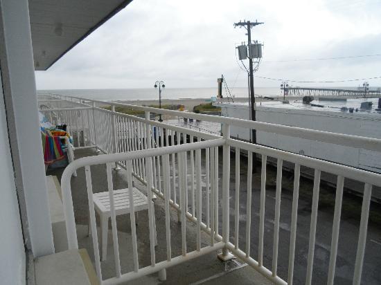 Beach Club Hotel: (Not) private balcony