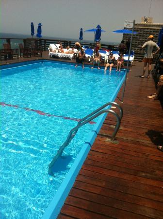 Carlton Tel Aviv: Pool steps