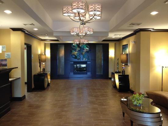 Holiday Inn Express and Suites Wytheville: Lobby view