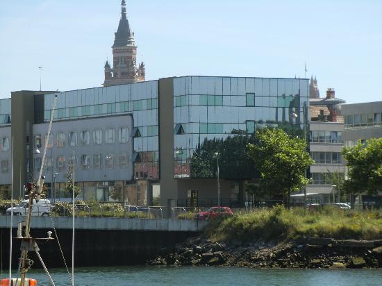 Les Gens de Mer Dunkerque : het hotel vanaf de kade gezien