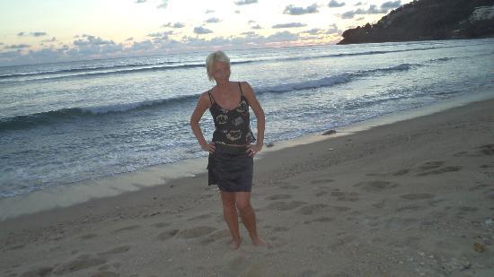 Bamboo Beach Hotel & Spa: Пляж Калим через дорогу, прилив и закат